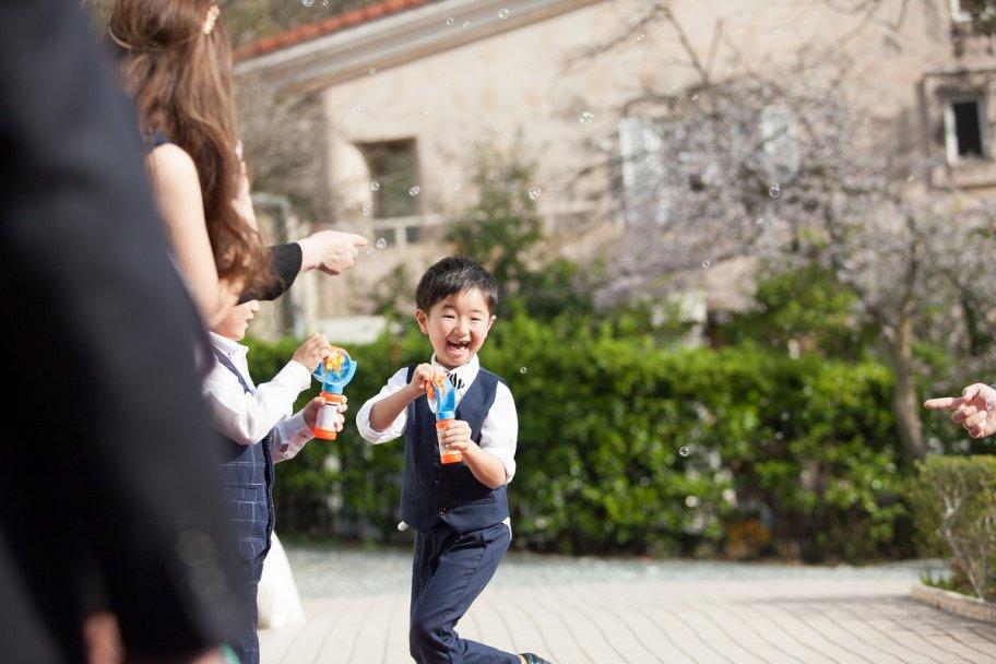 かわいいシャボン玉ボーイたち!お子様も楽しみながらお手伝いできます!